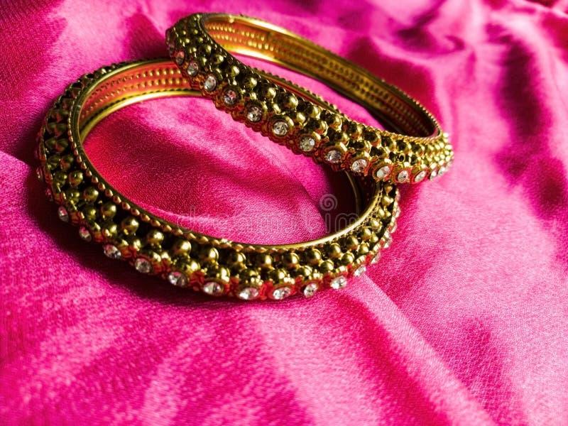 Bangles золота индийская традиционная драгоценность стоковые фотографии rf
