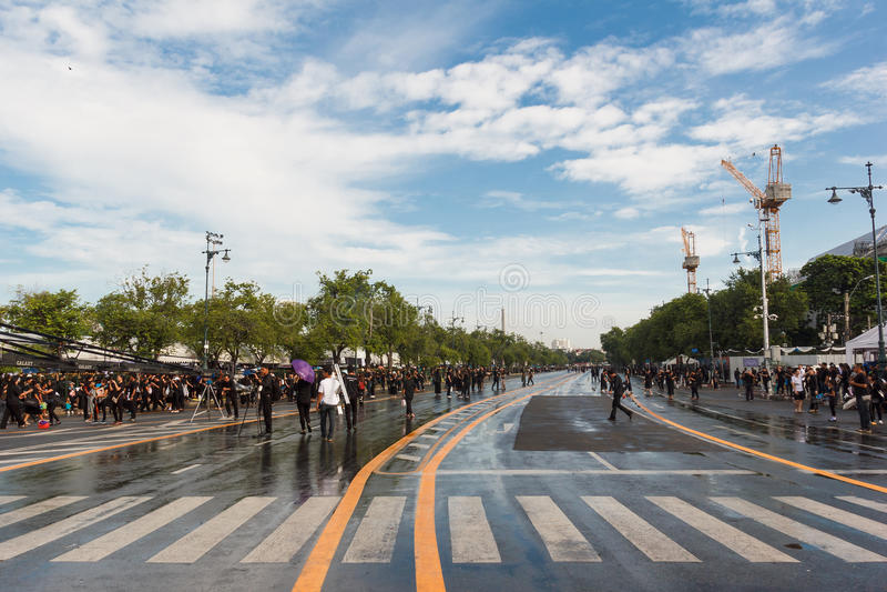 Bangok, Thaïlande - octobre 22,2016 : Les personnes thaïlandaises viennent pour chanter la chanson du Roi Bhumibol Adulyadej de S image stock