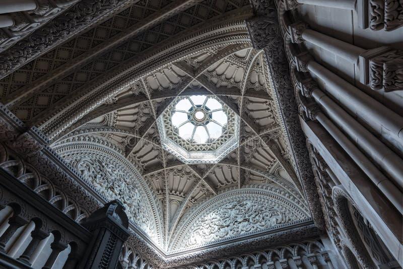 Bangor, País de Gales, Reino Unido - 17 de agosto de 2019, Castelo de Penrhyn, Ceiling Grand Staircase e Skylight foto de stock royalty free