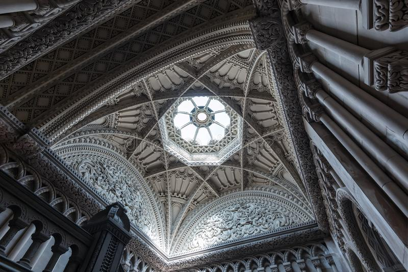 Bangor, Wales, Verenigd Koninkrijk - 17 augustus 2019, Penrhyn Castle, The Grand Staircase Ceiling and Skylight royalty-vrije stock foto