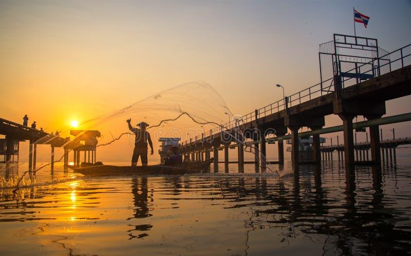 Bangpra湖的渔夫行动的,当钓鱼阳光早晨时, 库存照片