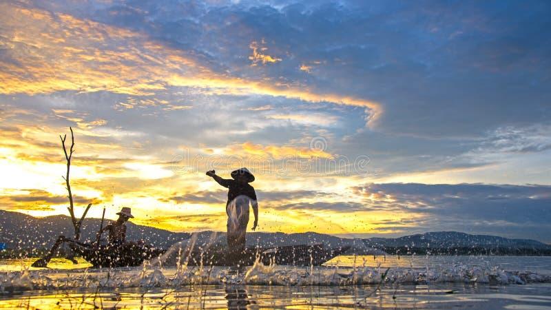 Bangpra湖的渔夫行动的,当钓鱼阳光早晨时 图库摄影