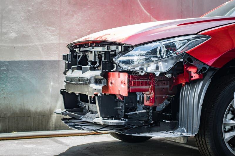 BANGSAN, THAILAND - 18. August, Auto auf undeutlichem Vordergrund mit Hintergrund im Ausstellungsraum von Mazda Thailand Wartezei lizenzfreies stockbild