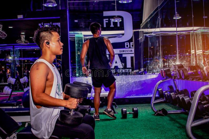 BANGSAN THAILAND dieses im August 2018 asiatische Männer üben Kasten worko aus lizenzfreie stockfotografie