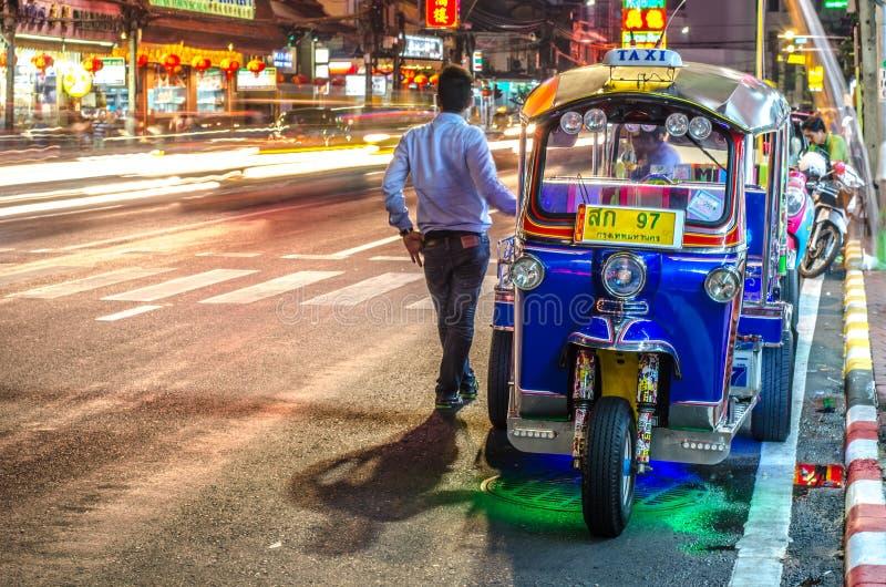 BANGUECOQUE - 10 DE DEZEMBRO: Tuk - tuk na rua do bairro chinês na noite imagens de stock royalty free