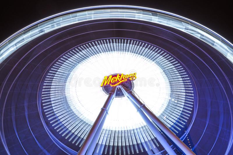 BANGUECOQUE - 5 de janeiro: Grande Ferris roda em Asiatique, shopping exterior aberto da comunidade em Banguecoque, Tailândia, so imagens de stock royalty free