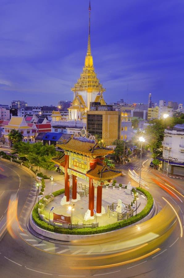 BANGUECOQUE - 15 DE JULHO: Porta do bairro chinês o 15 de julho de 2014 em Banguecoque, Tailândia Arqueie marcas o começo da estr imagem de stock