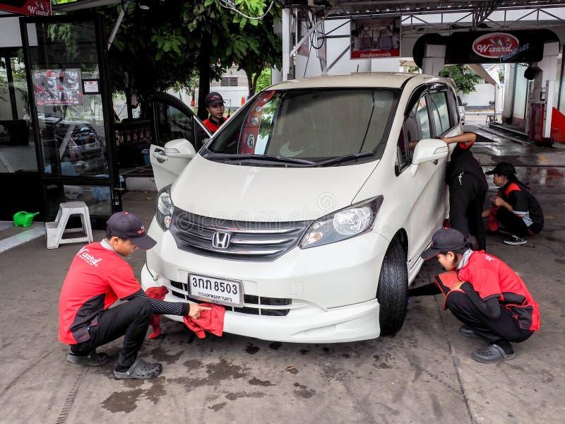 BANGUECOQUE - 27 DE SETEMBRO carro do automóvel da limpeza do mecânico do serviço da equipe na auto lavagem uma loja do carro imagens de stock royalty free