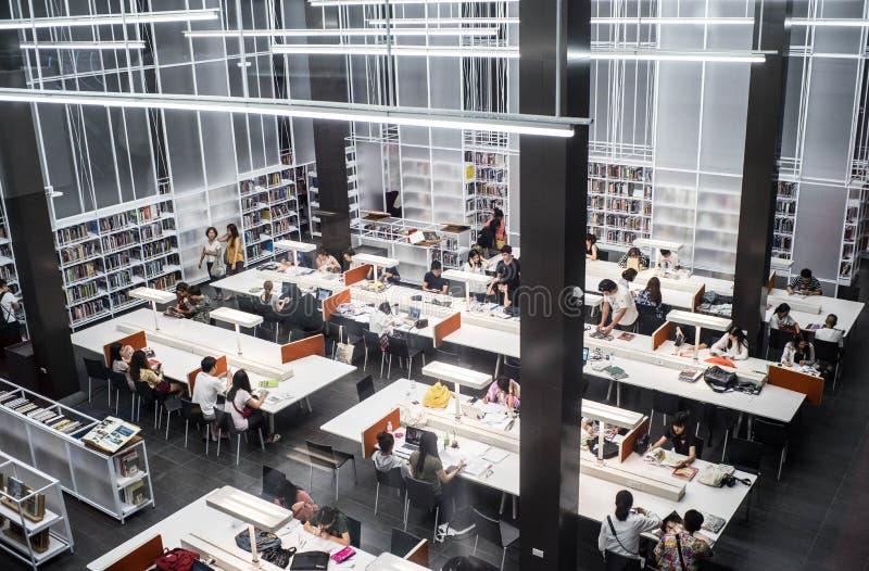 Banguecoque - junho 5,2017: Há tão muitos povos está lendo o livro no segundo andar na biblioteca de TCDC foto de stock royalty free