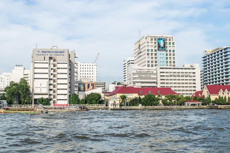 Banguecoque, Tailândia - 1º de dezembro de 2017: Vista da universidade do hospital, de Mahidol de Siriraj, do hospital o mais vel fotografia de stock