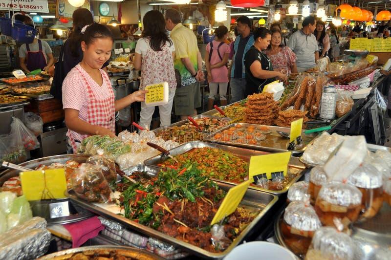 Banguecoque, Tailândia: Alimentos tailandeses no mercado de Chatuchak fotos de stock