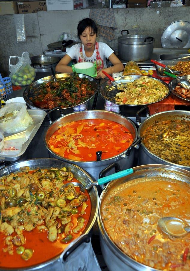 Banguecoque, Tailândia: Alimentos tailandeses no mercado de Kor do Tor foto de stock