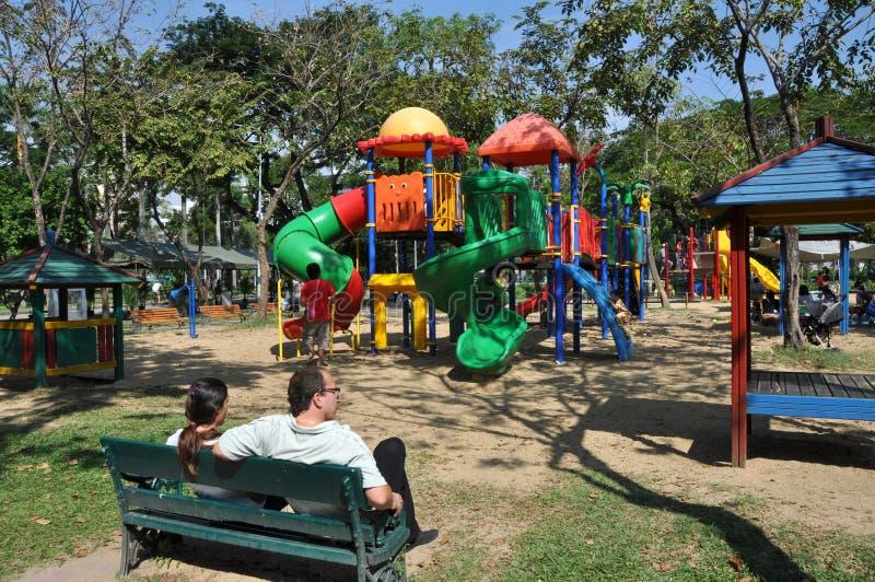 Banguecoque, Tailândia: Campo de jogos do parque de Lumphini fotos de stock