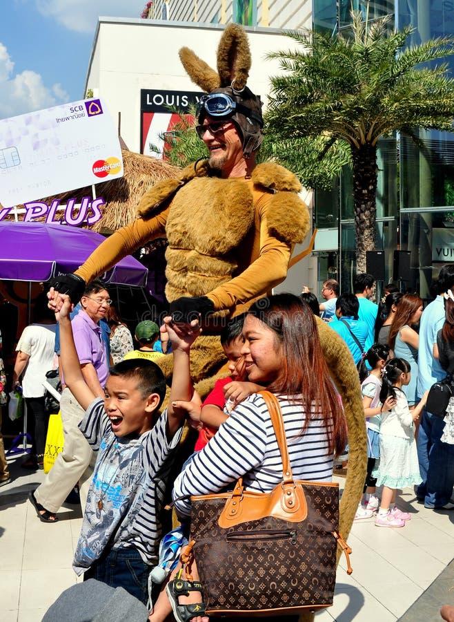 Banguecoque, Tailândia: Canguru com crianças imagens de stock royalty free