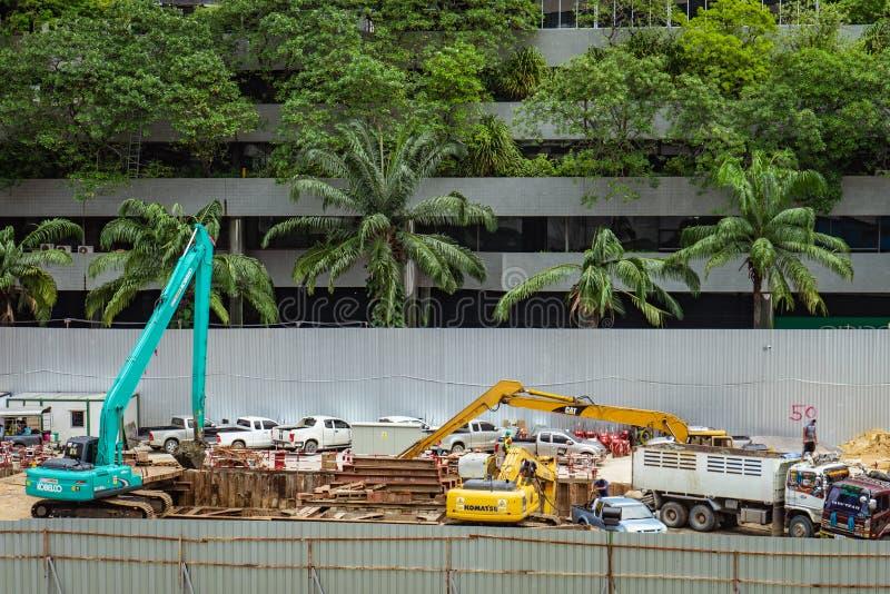Banguecoque - Tailândia, 29 2018: Carga do trabalhador e da máquina escavadora do construtor imagens de stock royalty free