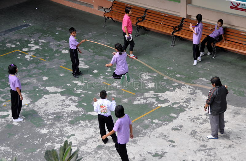 Banguecoque, Tailândia: Corda de salto das crianças fotos de stock