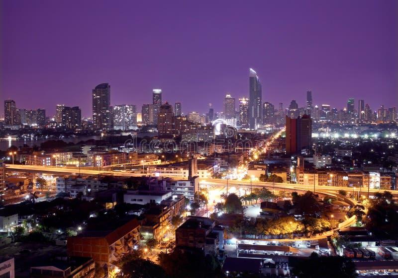 Banguecoque, Tailândia 30 de abril de 2017 - paisagem da opinião da cidade no céu escuro na noite foto de stock