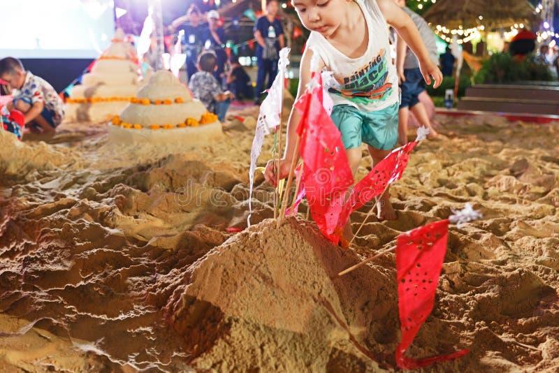 Banguecoque/Tailândia - 12 de abril de 2018: pagode artificial da areia, pagode da areia do jogo de crianças em Songkarn justo, r fotografia de stock