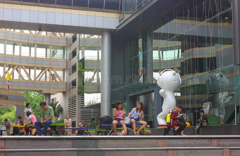Banguecoque, Tailândia - 31 de abril de 2014 Povos que fazem atividades diferentes em um espaço recreacional de Siam Tower em Ban fotos de stock royalty free