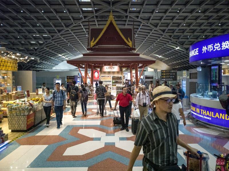 Banguecoque, Tailândia 14 de abril de 2018: turistas que compram com isenção de direitos dentro imagens de stock royalty free