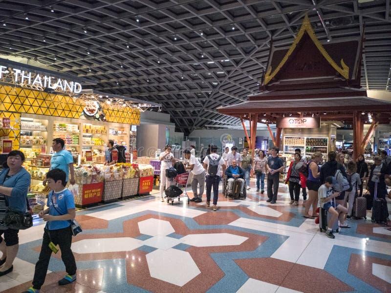 Banguecoque, Tailândia 14 de abril de 2018: turistas que compram com isenção de direitos dentro fotografia de stock royalty free