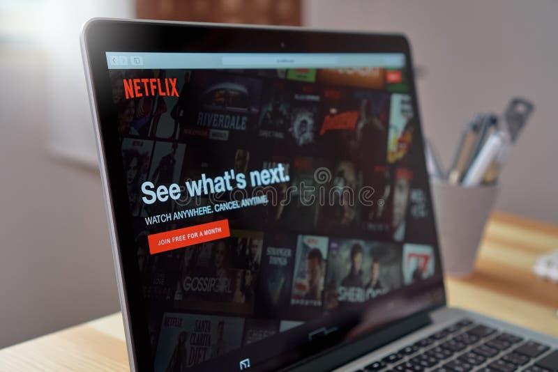 Banguecoque, Tailândia - 23 de agosto de 2017: Netflix app na tela do portátil Netflix é um serviço principal internacional da as imagem de stock