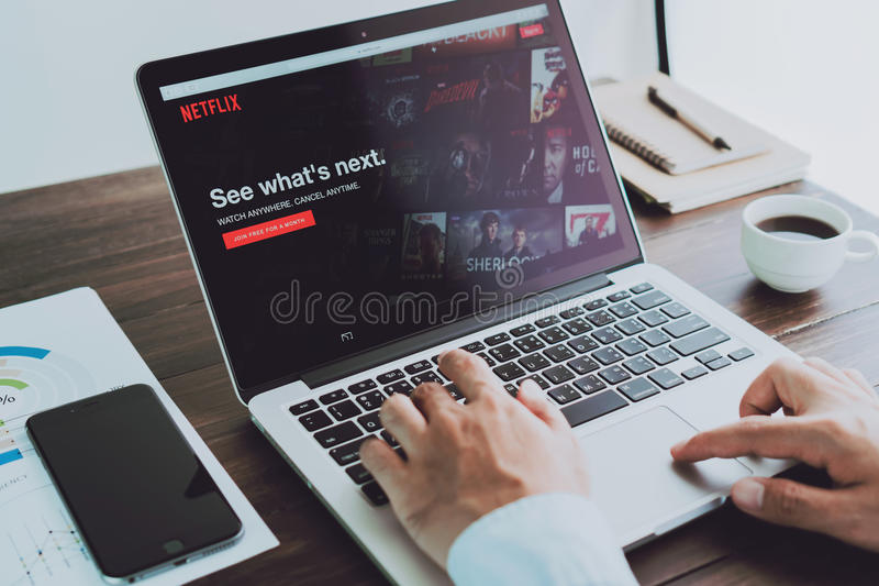 Banguecoque, Tailândia - 23 de agosto de 2017: Netflix app na tela do portátil Netflix é um serviço principal internacional da as imagem de stock royalty free
