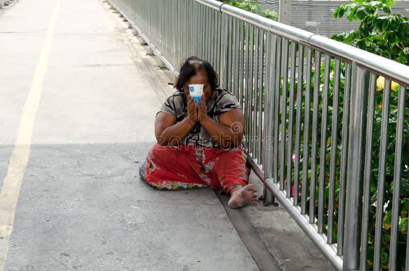 BANGUECOQUE, TAILÂNDIA - 4 DE AGOSTO: Mulheres de Tailândia que imploram no o fotografia de stock