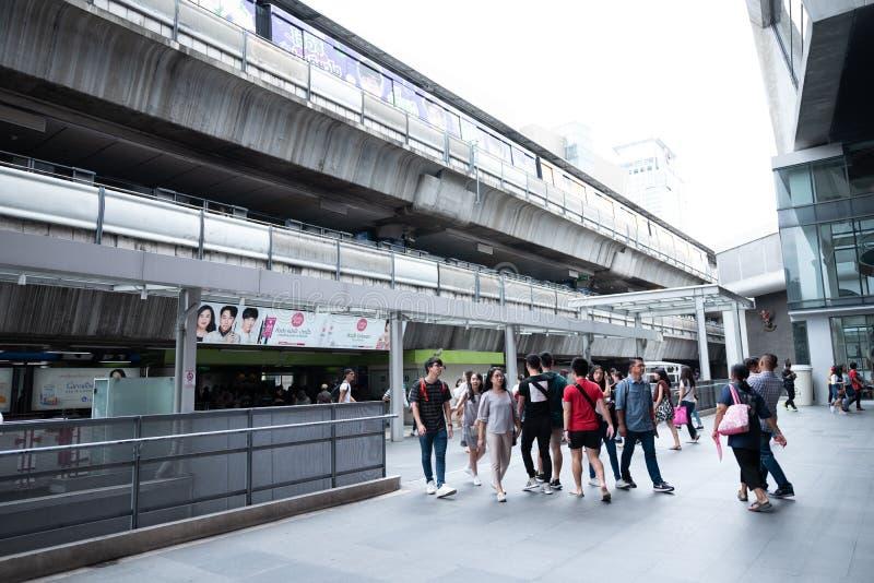 Banguecoque, Tailândia - 4 de agosto de 2018: Povos que andam na maneira da relação entre o trem de céu do BTS e o Siam Square On fotos de stock royalty free