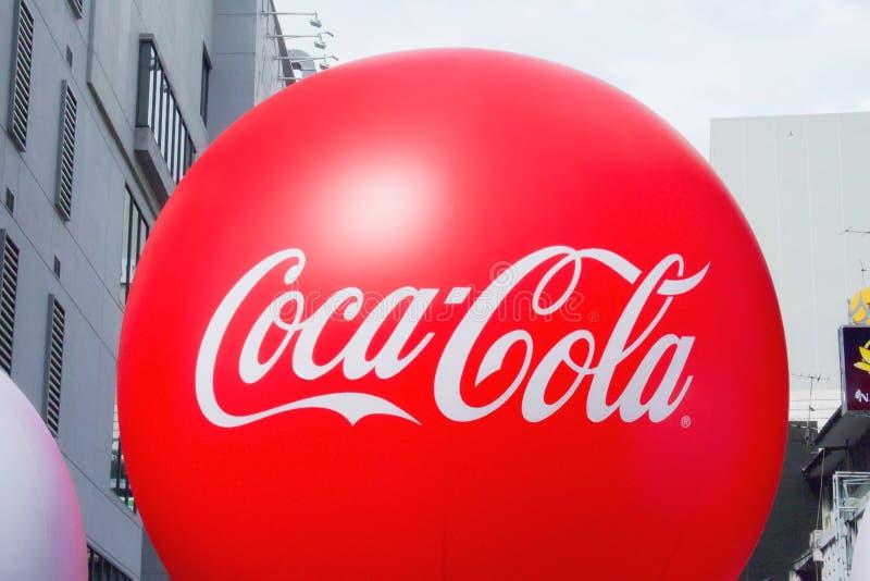 Banguecoque, Tail?ndia - 15 de dezembro de 2018: Bal?o vermelho do casco ou da Coca Cola no tempo do partido imagens de stock royalty free