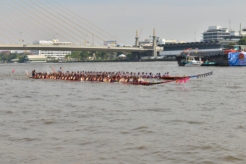 Banguecoque, Tailândia 20 de dezembro de 2015: Duas equipes de barco na velocidade máxima foto de stock