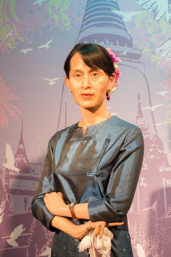 BANGUECOQUE, TAILÂNDIA - 19 DE DEZEMBRO: Figura de cera do Aung famoso S imagens de stock
