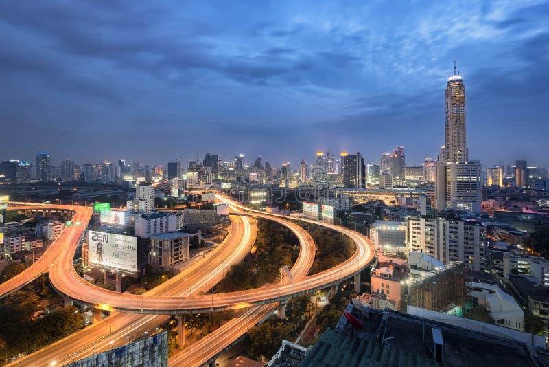 Banguecoque, Tailândia - 7 de janeiro de 2017: Luzes da noite da torre II de Baiyoke e da via expressa imagens de stock