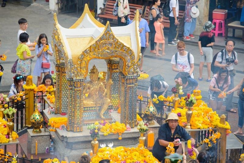 Banguecoque, Tailândia - 27 de janeiro de 2018: O santuário de Erawan, Thao Maha Phrom Shrine, é um santuário hindu em Banguecoqu imagens de stock royalty free