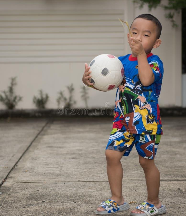 BANGUECOQUE, TAILÂNDIA - 20 de julho de 2015: Menino tailandês na camisa franco de Ben 10 fotos de stock royalty free