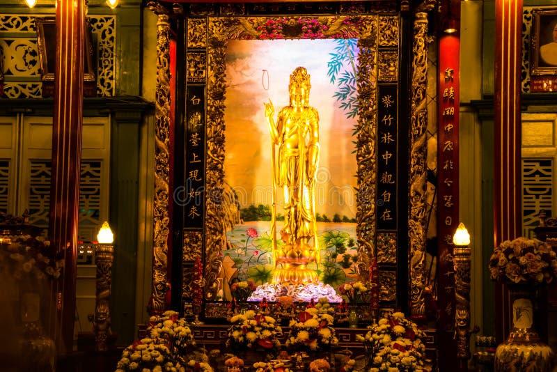 Banguecoque, Tailândia - 22 de julho de 2017: A deusa da estátua da piedade e da mercê senta-se agora em Kuan Yim Shrine dentro d fotografia de stock royalty free