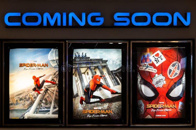 Banguecoque, Tailândia - 26 de junho de 2019: Spider-Man: Longe do cartaz de filme caseiro com vinda logo exposição que mostra no imagens de stock royalty free