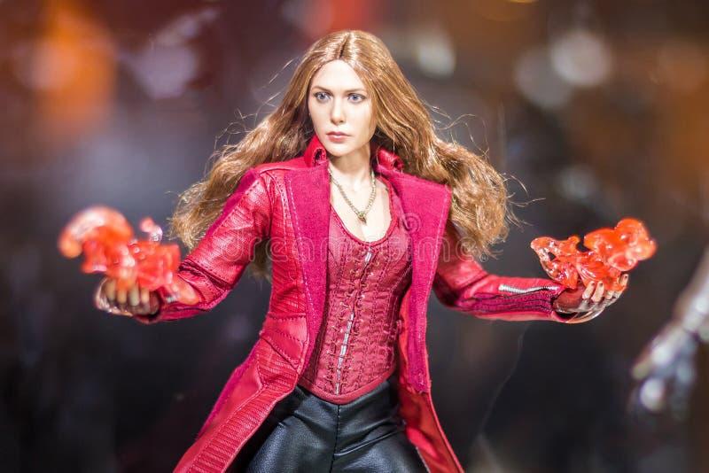 Banguecoque, Tailândia - 6 de maio de 2017: Caráter do escarlate modelo da bruxa ou do Wanda Maximoff no filme dos vingadores na  fotografia de stock