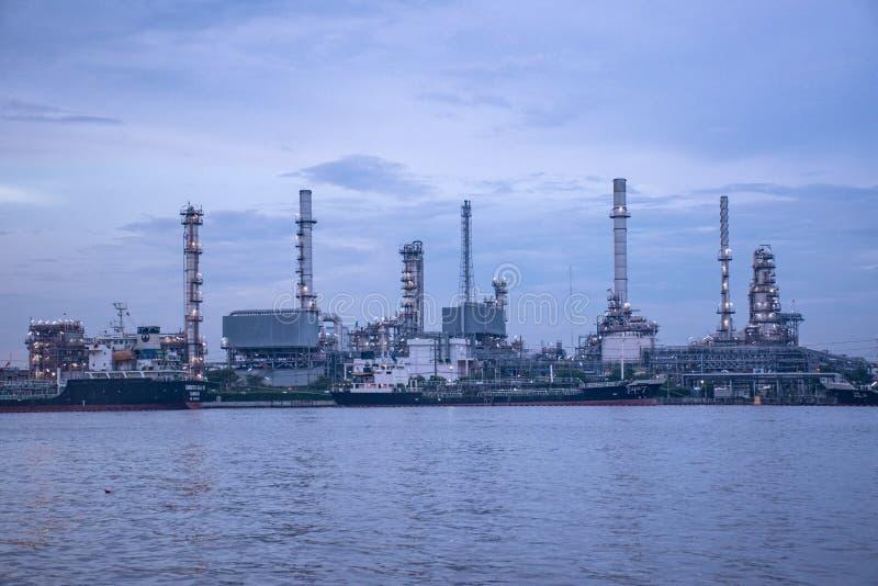 Banguecoque Tailândia 12 de maio de 2017: refinaria de petróleo perto do ya do pra de Chao imagens de stock