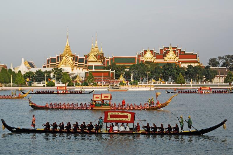 BANGUECOQUE, TAILÂNDIA 5 DE MAIO: Paradas decoradas da barca no Chao RAP imagens de stock royalty free