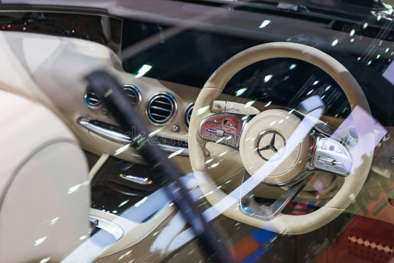Banguecoque, Tailândia - 31 de março de 2019: Controle interior e Multifunction no volante de Mercedes-Benz na Banguecoque foto de stock