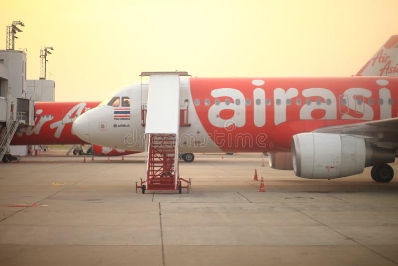 BANGUECOQUE TAILÂNDIA - 30 de março de 2014: Aviões de Air Asia em Don MuangA fotografia de stock
