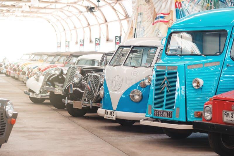 BANGUECOQUE, TAILÂNDIA - 1º DE MARÇO DE 2017: carros retros do vintage que estacionam no museu do carro de Jesada fotografia de stock