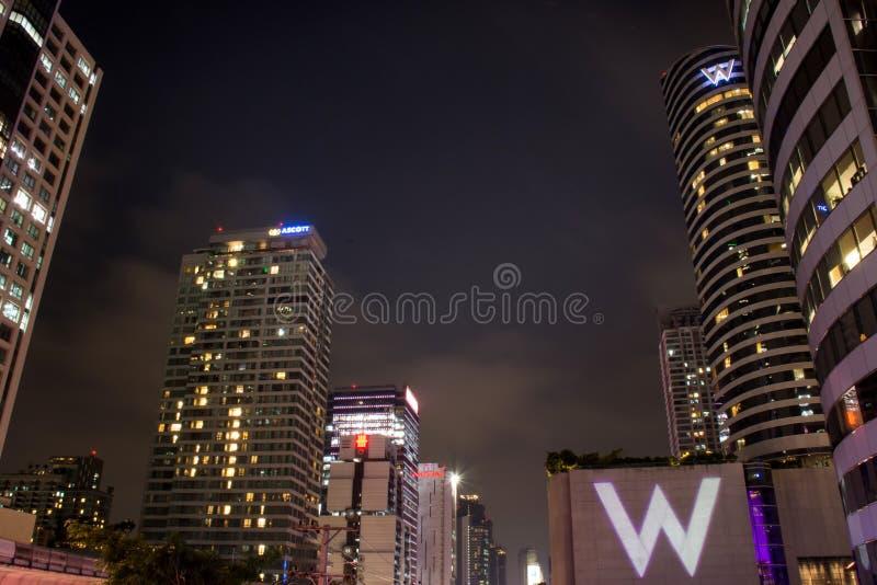 Banguecoque, Tailândia 21 de novembro: Cena do centro da noite das construções modernas bonitas, novembro 21,2017 em Banguecoque  fotografia de stock