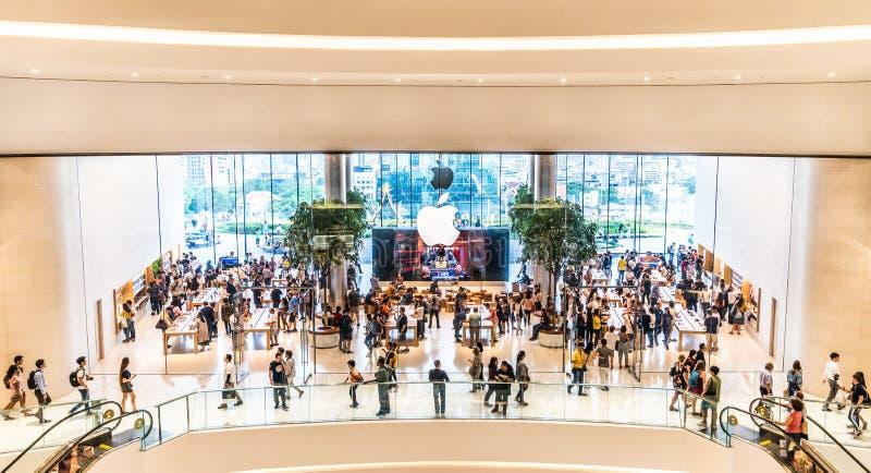 Banguecoque, Tailândia - 12 de novembro de 2018: Multidão de clientes que visitam a primeira loja de Apple do oficial em Tailândi imagens de stock