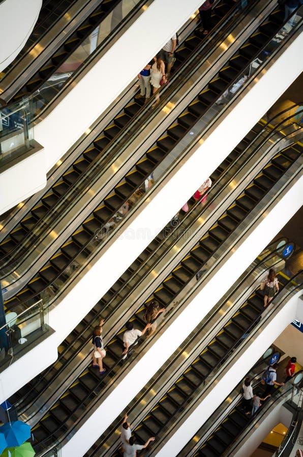 Banguecoque, Tailândia - 12 de setembro de 2013: Multidão na escada rolante no shopping Terminal21 foto de stock
