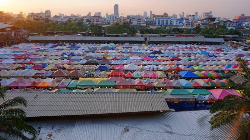 Banguecoque, Tailândia - em fevereiro de 2018: as lojas coloridas na noite do trem introduzem no mercado Ratchada fotos de stock