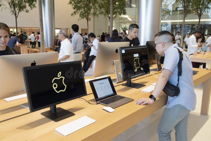 Banguecoque, Tailândia, em novembro de 2018: interior da loja de Apple Apple fotos de stock
