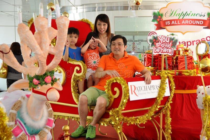 Banguecoque, Tailândia: Família no trenó do Natal imagens de stock royalty free