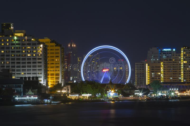 Banguecoque, Tailândia-julho 25,2015: A paisagem da noite da roda de Ferris em Banguecoque em Tailândia foto de stock